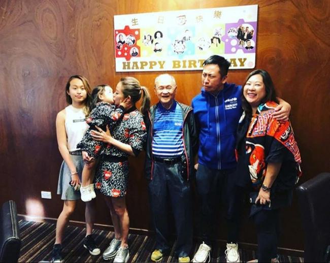 Tuệ Linh cùng các con và gia đình nhà nội trong bữa tiệc sinh nhật bố đẻAlvin (đứng giữa) tại Australia hôm 26/12.