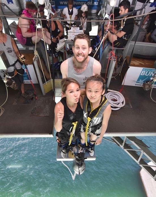 Trên trang cá nhân, Tuệ Linh chia sẻ ảnh cô cùng con gái tham gia các trò chơi mạo hiểm tại Australia.