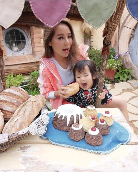 Tuệ Linh và con gái thứ hai.