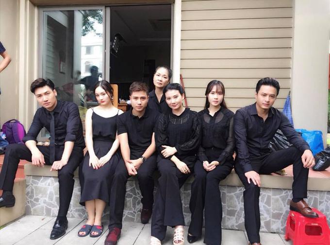 Hai bà vợ, các con trai và con dâu của ông Quang giả bộ làm mặt nghiêm trọng khi chụp ảnh kỷ niệm tại hậu trường.