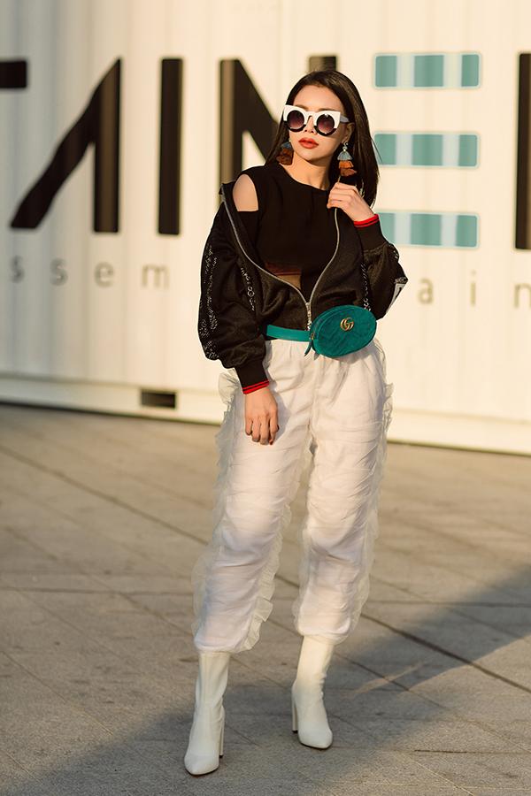 Bên cạnh tông đen dễ mix đồ, belt bag của Gucci còn được thiết kế trên chất liệu nhung nhiều màu sắc như đỏ, xanh, tím. Trà Ngọc Hằng phối túi nhung với áo crop top, quần trang trí bèo nhung và bomber phá cách.