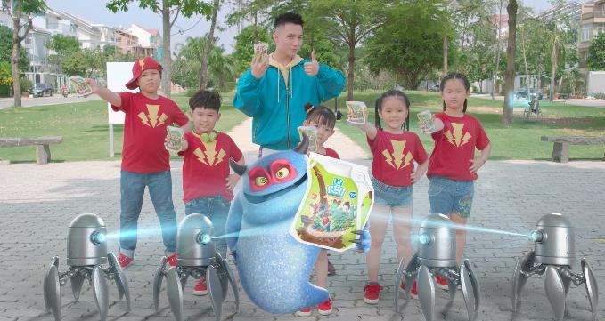 Sơn Tùng M-TP vừa tung ra một đoạn video dài gần hai phút diễn cùng các em nhỏ. Trong video, nam ca sĩ vào vai siêu anh hùng Giao Sữa ấm cho mùa đông Eco Kun.