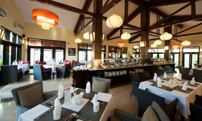 Nhà hàng Famiana được thiết kế theo phong cách châu Âu sang trọng nằm bên khu biển ngay trung tâm khu nghỉ dưỡng có không gian sân vườn rộng thoáng.