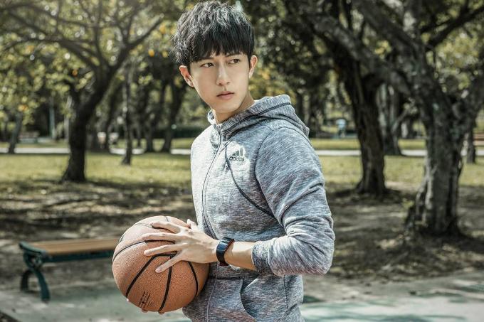 Gear Fit2 Pro sẽ là điểm nhấntôn lên cá tính của giới trẻ. Ảnh: Samsung Taiwan Instagram.
