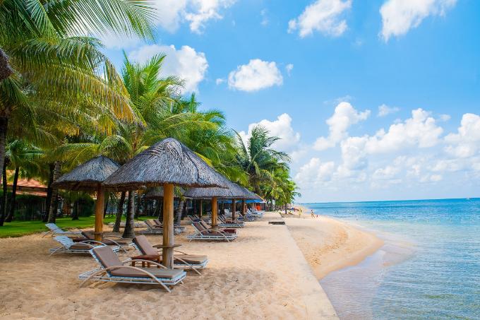 Nằm trải dọc theo Bãi Trường, một trong những bãi biển dài nhất đảo Phú Quốc, khu nghỉ dưỡng Famiana Resort & Spa Phú Quốc rộng hơn 4 hecta có bãi biển riêng tuyệt đẹp với bãi cát vàng mịn dài thoai thoải bên hàng dừa xanh rợp bóng và làn nước trong xanh vô cùng nên thơ. Nơi đây còn nổi tiếng là bãi biển duy nhất tại Việt Nam có thể ngắm mặt trời lặn với hoàng hôn buông xuống trên biển đẹp như một bức tranh.