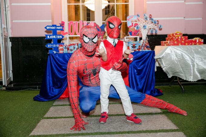 Tại buổi sinh nhật, Louis hóa thân vào nhân vật Spider Man theo đúng sở thích.