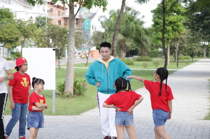 Mỗi lúc giải lao, các em nhỏ thường vây quanh Sơn Tùng để trò chuyện, chơi đùa. Sự thân thiện, gần gũi của nam ca sĩ nhận được sự yêu mến của các em.