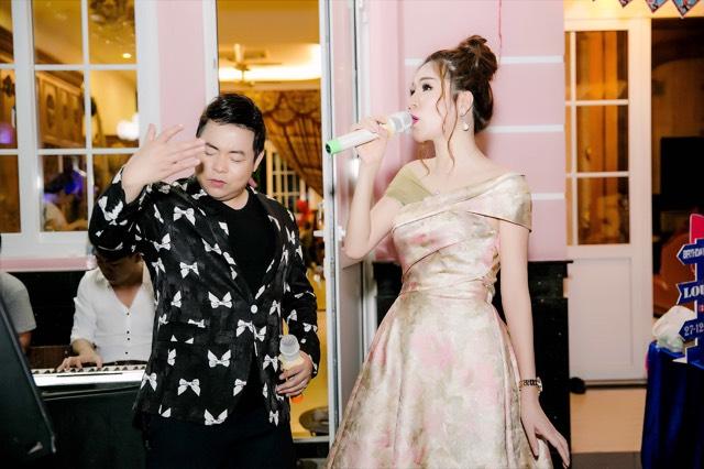Sau khi đã hát tặng quan khách nhiều nhiều ca khúc ca sĩ Quang Lê đã bất ngờ mời hoa hâu phu nhân lên song ca bài hát  Tình đời