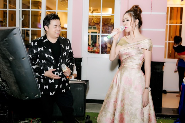 Hoa hậu Phu nhân Thế giới người Việt 2014 - Bùi Thị Hà vừa tổ chức sinh nhật tròn 5 tuổicho con trai Louis. Nam ca sĩ Quang Lê là một trong những khách mời của buổi tiệc.
