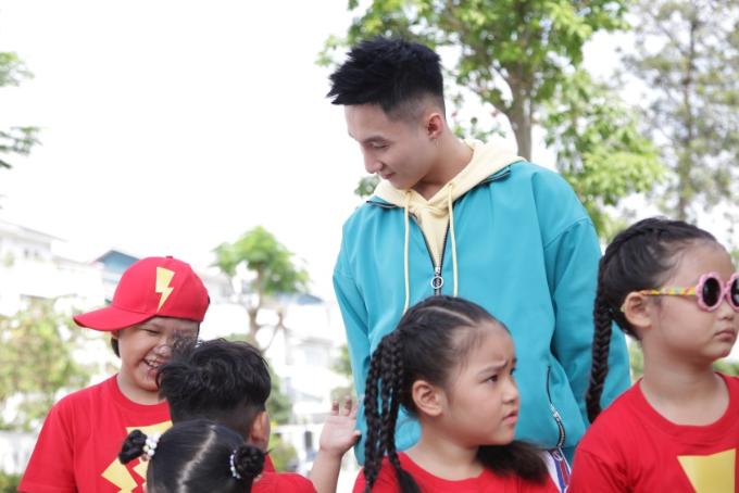 Giọng ca gốc Thái Bình cho biết đây là lần đầu tiên anh diễn trong video có các nhân vật hoạt hình và cùng các em ở độ tuổi nhỏ như vậy, đó thực sự là một trải nghiệm thú vị. Các em không chỉ diễn rất tự nhiên mà còn thể hiện được khả năng nhảy múa thuần thục.