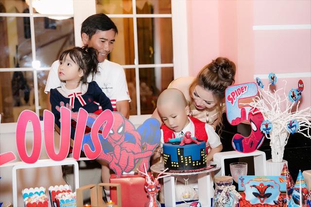 Gia đình Hoa hậu đầm ấm, hạnh phúc vì có cả nếp cả tẻ. Louis đón sinh nhật lên 5, trong khi vài tháng trước con gái Gia Hân cũng vừa tròn ba tuổi.