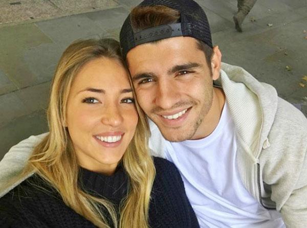 Tiền đạo Chelsea và bà xã thường xuyên khoe ảnh tình cảm và tâm sự lãng mạn dành cho nhau.