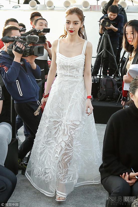 Angelababy đẹp rực rỡ khi góp mặt trong một sự kiện tổ chức hôm 28/12. Nữ diễn viên diện đầm trắng gợi cảm, trang điểm đậm làm tôn lên nước da trắng mượt mà.