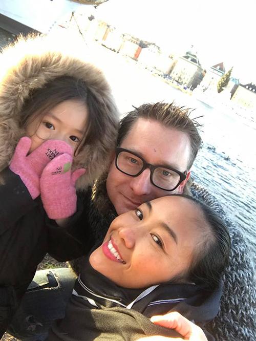 Gia đình Đoan Trang co ro trong cái lạnh Bắc Âu.