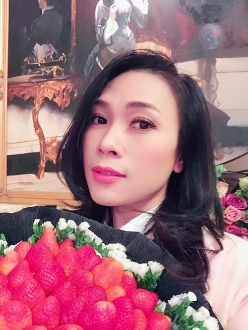 Mỹ Tâm khoe bó hoa bằng dâu tây do các fan ở Đà Lạt tặng.