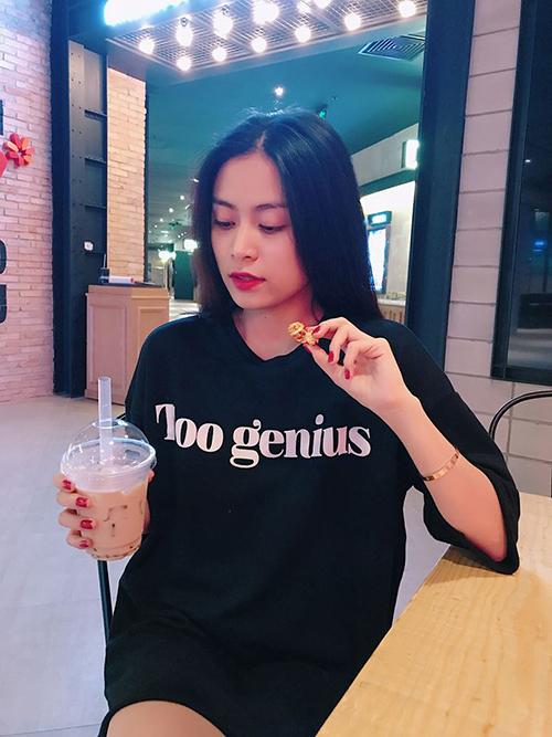 Ngày cuối năm, Hoàng Thuỳ Linh có những giây phút thảnh thơi hiếm hoi đi uống cà phê cùng bạn bè.