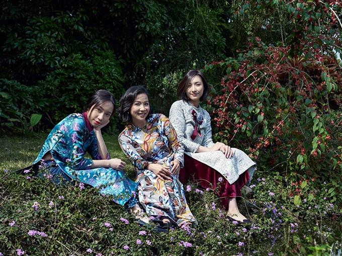 Ba mẹ con Mỹ Linh diện áo dài hoa
