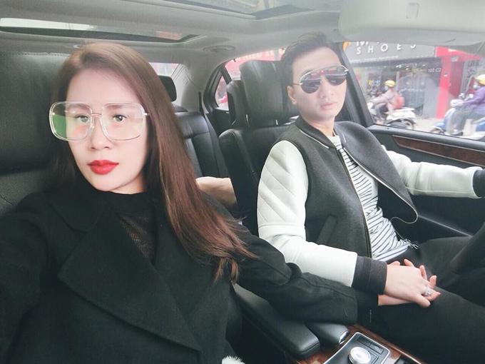 MC Thành Trung nắm tay vợ mới cưới, dạo quanh Hà Nội.