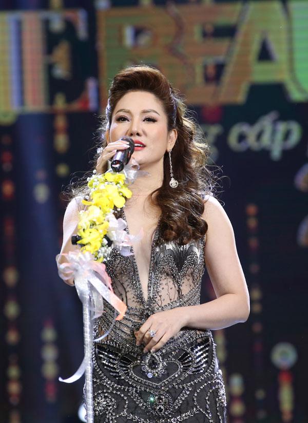 Hoa hậu Xuân Hương diện váy xuyên thấu dự đêm chung kết cuộc thi sắc đẹp - 1