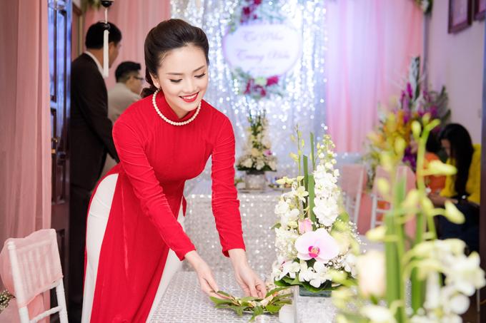 Trước đó, cô đã cùng gia đình trang hoàng ngôi nhà với tone hồng nhạt và trắng. Cô còn đặtnhiều hoa lan trang trí vì đặc biệt yêu thích loài hoa này.