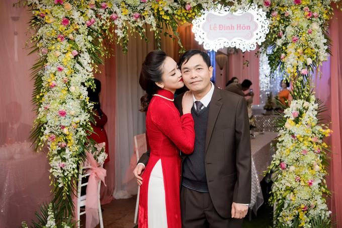 Bố ruột của Tố Như rất ủng hộ con gái lên xe hoa sớm.