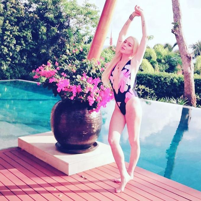 Lindsay khoe dáng tại resort ở Phuket.