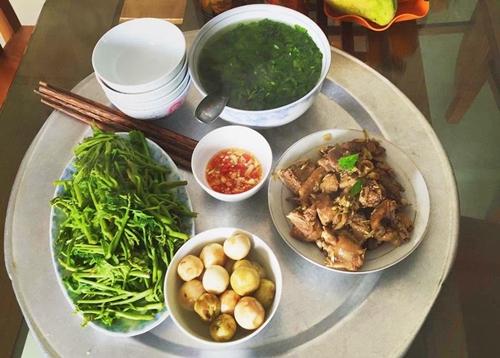 Ly thường tranh thủ buổi sáng đi chợ muathực phẩm ăn trong ngày. Nàng dâu Thanh Hóa không có thói quen đi chợ một lần cho nhiều bữa. Cô thích lựa chọn những nguyên liệu tươi, ngon nhất cho bữa cơm gia đình.