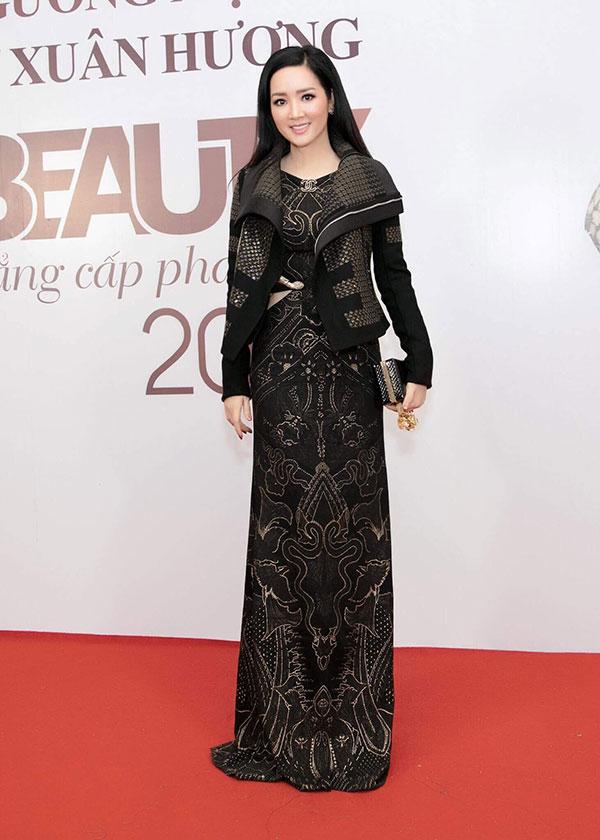 Người đẹp Giáng My chọn chiếc váy đen kín đáo, sang trọng.
