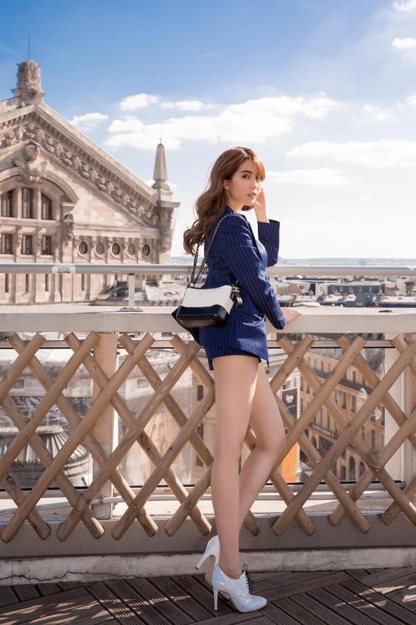 Tại Việt Nam, Ngọc Trinh là một trong những người đẹp đã nhanh chóng cập nhật mẫu phụ kiện hot trend 2017 đến từ thương hiệu Chanel.