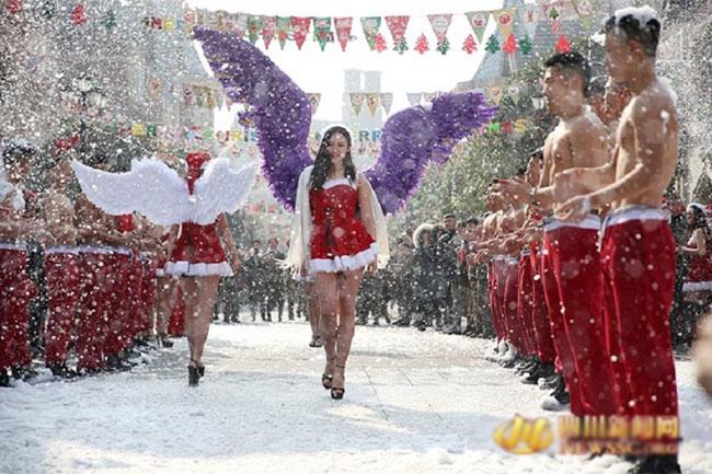 Show diễn được một nhóm các trai xinh gái đẹp của trường cao đẳng Hàng không ở Thành Đô, Tứ Xuyên, Trung Quốc tổ chức vào ngày Giáng sinh vừa qua, theo Shanghaiist.