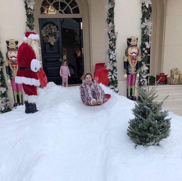 Trên Instagram vài ngày qua, người đẹp Tamara Ecclestone đăng tải nhiều ảnh trong kỳ nghỉ đón Giáng sinh và năm mới tại biệt thự lộng lẫy của cô em gái Petra. Theo Mirror, cả gia đình Tamara bay tới Los Angeles và nghỉ ngơi trong nhà của Petra, bên cô em gái dịp lễ trong Giáng sinh đầu tiên sau khi ly dị chồng của Petra.