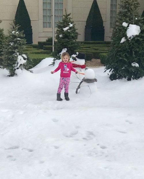 Cô nhóc Sophia thích thú nghịch tuyết ở nhà dì.