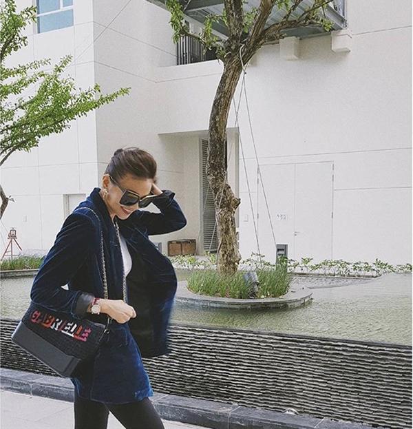 Ngoài các chất liệu da đơn sắc, túi Chanel Gabrielle còn được thể hiện lôi cuốn bằng cách phối hợp da thật đi cùng vải tweed. Thanh Hằng tạo nên điểm nhấn riêng khi chọn túi hợp mốt nhưng không đụng hàng với dàn mỹ nhân.