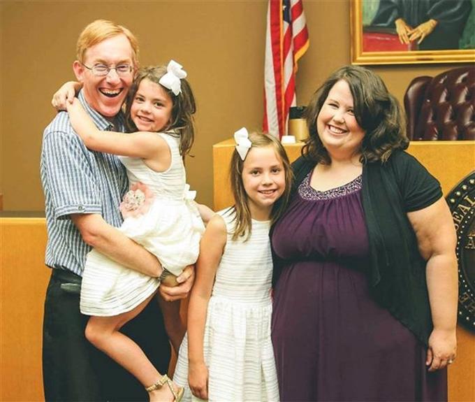 Vợ chồngAmy Beth Gardner và hai con gái.