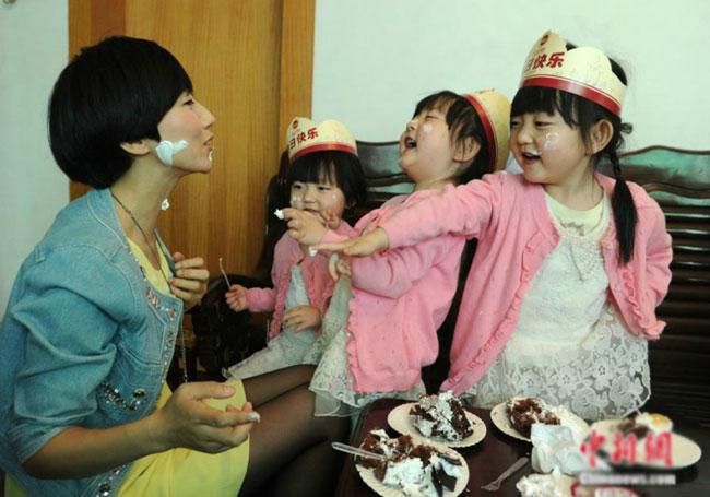 Cuộc sống của Li luôn tràn ngập tiếng cười vì cả ba cô con gái đều rất dễ thương.