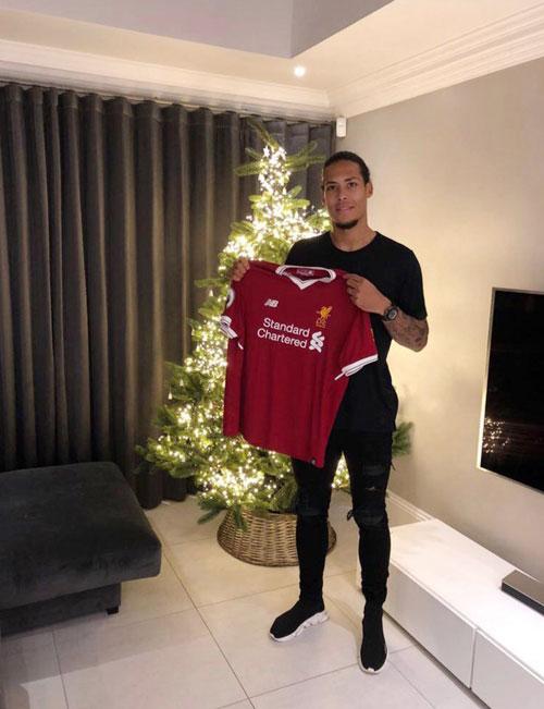 Hai ngày sau Giáng sinh, Liverpool xác nhận thông tin đội bóng đã ký hợp đồng với hậu vệ người Hà Lan với giá 75 triệu bảng từ Southampton.