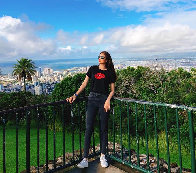 Phạm Hương đang có chuyến khám phá quần đảo Hawaii xinh đẹp sau một năm làm việc chăm chỉ. Cô sử dụng dịch vụ thuê trực thăng để tham quan đảo Honolulu nổi tiếng.