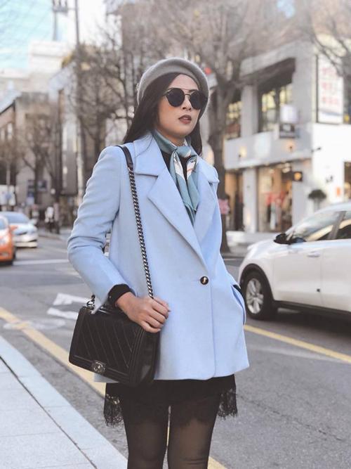 Hồi đầu tháng, hoa hậu Ngọc Hân sang Hàn Quốc. Người đẹp co ro trong cái lạnh tái tê của mùa đông xứ Hàn. Tuy nhiệt độ thấp nhưng có nắng nên thuận tiện để tham quan các di tích ngoài trời như Cố cung.