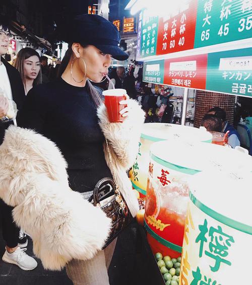 Lan Khuê tới Đài Loan, không ngại sà xuống lề đường thưởng thức các món ăn trong khu chợ đêm.