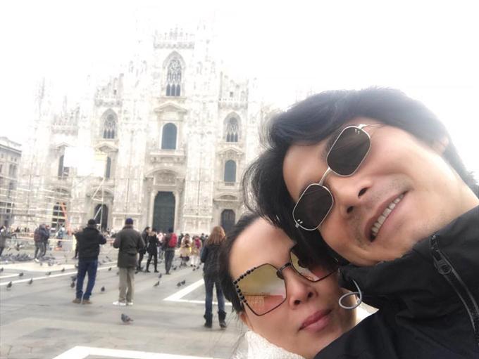 Quách Ngọc Ngoan và Phượng Chanel hạnh phúc trong chuyến đi châu Âu. Hai người chụp ảnh lưu niệm ở Milan (Italy).