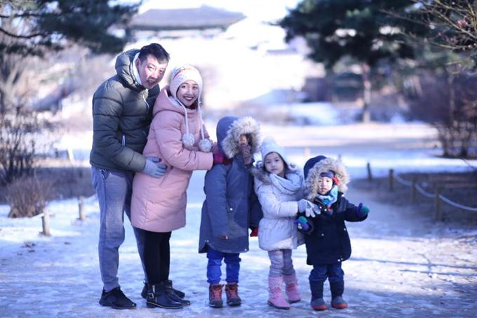 Gia đình Ốc Thanh Vân rồng rắn nối đuôi nhau đến Hàn Quốc nghỉ đông. Cô chia sẻ: Đón Giáng sinh sớm tại Hàn, kỷniệm mãi không bao giờ quên vì lạnh cóng. Muốn selfie một tấm cũng khó vì ngón tay đóng băng, cười xíu là cái mỏ như ướp nước đá. Những tấm hình đẹp thế này là do anh họ của Trí Rùachụp cho. Đi chơi mà có bảo kê bản địa đi chung thật là sung sướng quá mà.