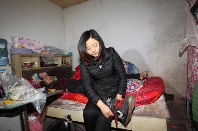 Yang Nan yêu chàng trai bị bệnh bại liệt, Yan Hongbo, 27 tuổi. Bố mẹ của Yang Nan nói rằng cô sẽ chỉ nhận được sự đồng ý và lời chúc phúc từ họ nếu trong 3 năm, bạn trai cô có thể đi lại. Yan Hongbo bị tại nạn mô tô nghiêm trọng và di chứng của vết thương khiến anh không thể cử động từ thắt lưng trở xuống.Cả haisống tại huyện Tứ Xuyên, miền tây nam Trung Quốc. Trước khi vụ tai nạn xảy ra, họ thực tế cònchưa bắt đầu mối quan hệ.