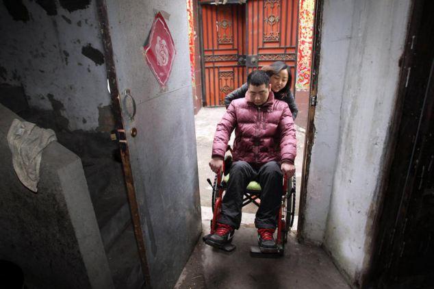 Chàng trai trẻ ưa phiêu lưu mạo hiểm đã lái chiếc mô tô củamình đi qua những ngọn núi trong trời mưa nặng hạt. Tầm nhìn bị mờ và con đường trơn trượt, đầy nước là nguyên nhân khiến Hongbo bị trượt ngã từ độ cao 30m xuống một tảng đá. Việc sống sót của anh đã được xem là một kỳ tích.Sau khi Hongbo rời bệnh viện, bố mẹ của anh đã có một cuộc tranh cãi nảy lửa liên quan đến con trai mình. Trong lúc cáu giận, bố của Hongbo đã đánh mẹ anh, khiến bà tử vong. Ông thừa nhận đó chỉ là một tai nạn nhưng sự việc cũng khiến ông phải đối diện với mức án 10 năm tù, bỏ lại Hongbo bị liệt và không có ai chăm sóc.