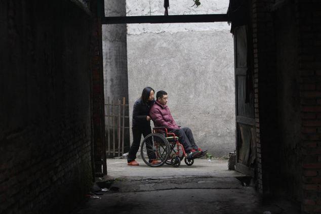 Yang Nan đã đọc được câu chuyện này trên một tờ báo và tìm cách liên lạc với Hongbo qua mạng. Thương cảm cho hoàn cảnh của Hongbo, Yang Nan đã quyết định nghỉ việc để đến tận nơi chăm sóc cho anh.Bố mẹ Yang Nan dù thấy buồn vì việc làm của con gái, họ vẫn đồng ý cho cô ở bên Hongbo trong 3 năm. Đó là khoảng thời gian cần để Hongbo chữa trị và được chăm sóc trước khi học đi trở lại.