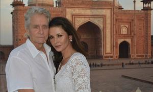 Vợ chồng tài tử Michael Douglas nắm tay vào thăm đền Taj Mahal