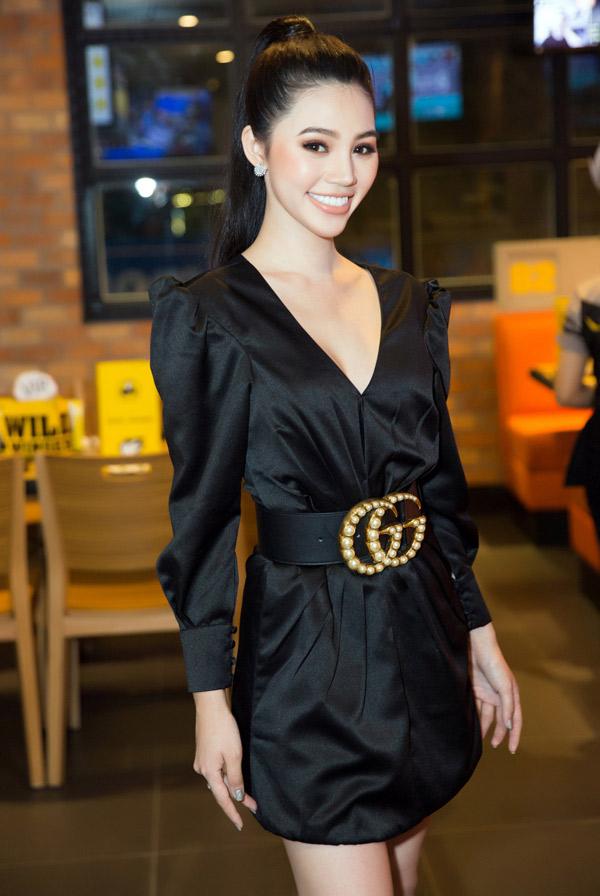 Jolie Nguyễn rạng rỡ dự buổi khai trương một nhà hàng, tối 29/12.