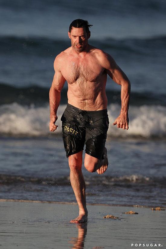 Rất nhiều sao nam nóng bỏng đến từ Australia, trong đó có Hugh Jackman. Năm nay ngôi sao X-men đã 49 tuổi nhưng vẫn có được cơ bắp cuồn cuộn.