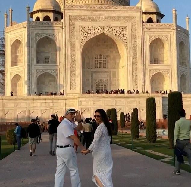 Gia đình Michael Douglas đã tới Ấn Độ trong kỳ nghỉ lễ Giáng sinh và năm mới. Vợ chồng ngôi sao Bản năng gốc rất háo hức tới thăm đền Taj Mahal - một trong 7 kỳ quan của thế giới.