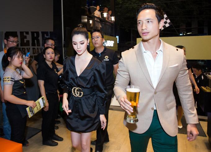 Kim Lý cũng là khách mời trong sự kiện này. Anh mặc vest màu kem, xuất hiện một mình.