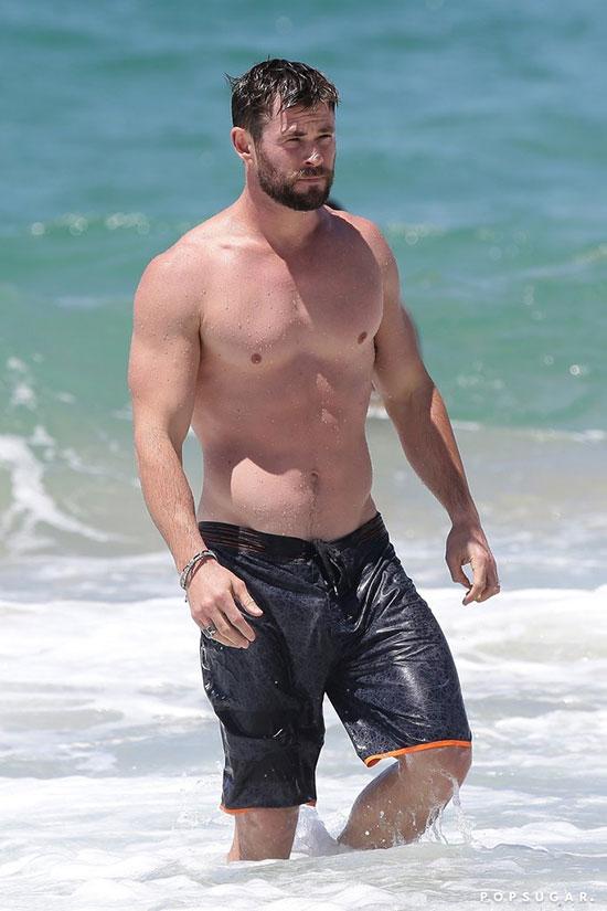 Ngôi sao Thor Chris Hemsworth luôn là một trong những sao nam Hollywood có thân hình đẹp nhất. Nam diễn viên Australia có chiều cao 1,9m và body cường tráng.